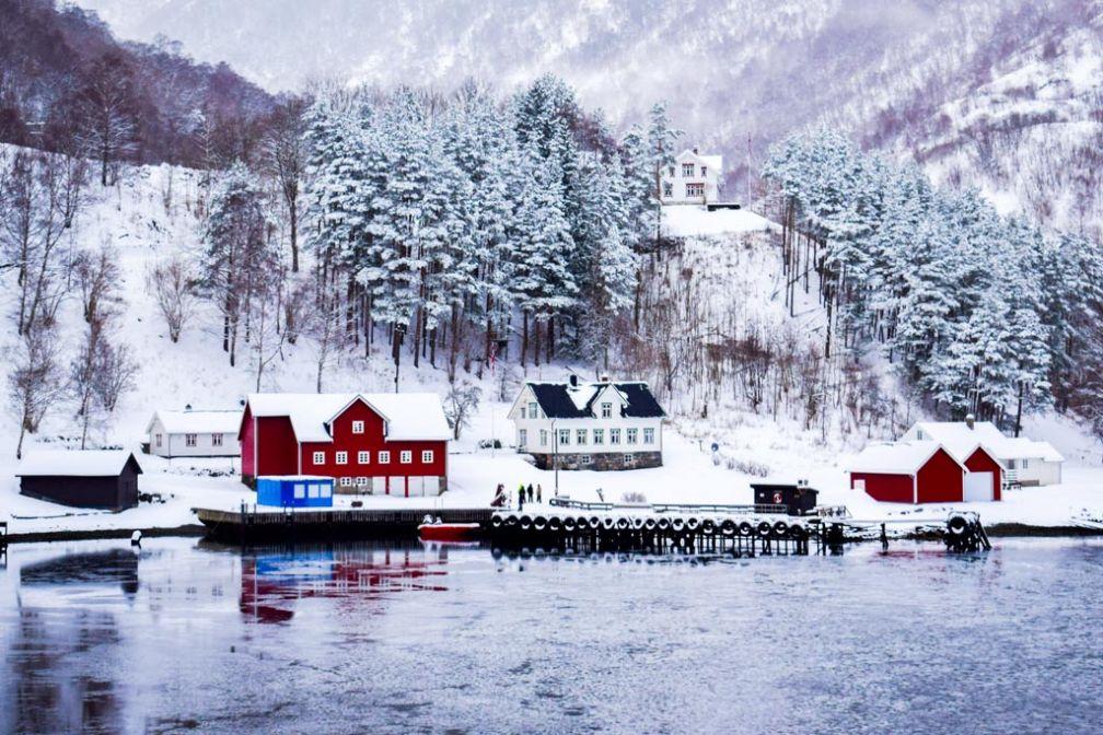 Vue d'un village en naviguant sur le Nærøyfjord entre Gudvangen et Flåm © YONDER.fr