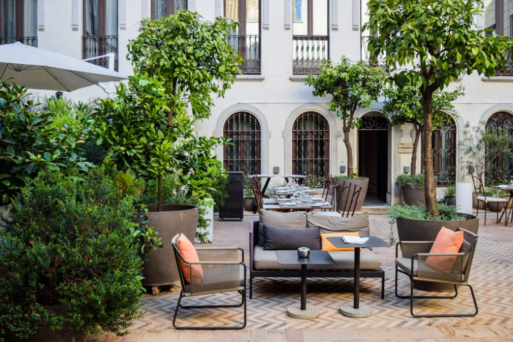 Dans la cour de l'hôtel, on vient petit-déjeuner, déjeuner, siroter un cocktail ou dîner © Yonder.fr