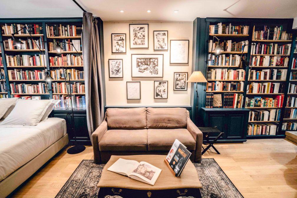 Une suite spacieuse avec coin salon et des milliers de livres, voici ce qui attend les hôtels de La Librairie du Marais, la première adresse parisienne de Paris Boutik