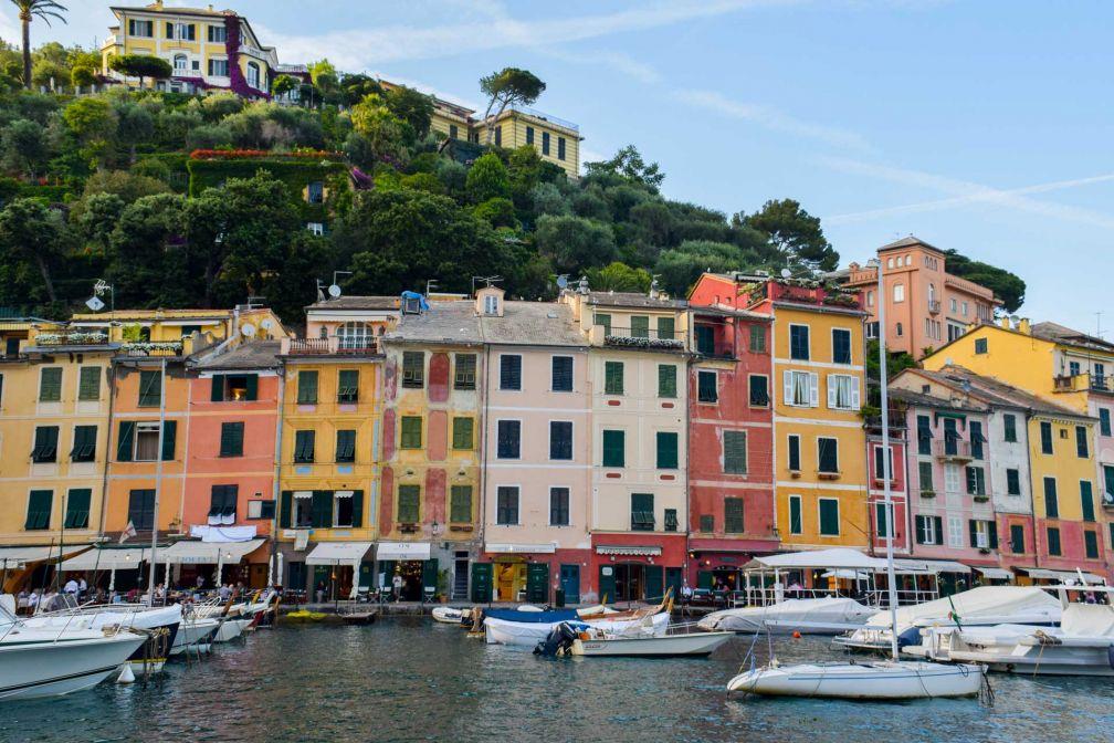 Le mythique port de Portofino et ses maisonnettes colorées, terrain de jeu de la jet-set depuis des décennies © YONDER.fr