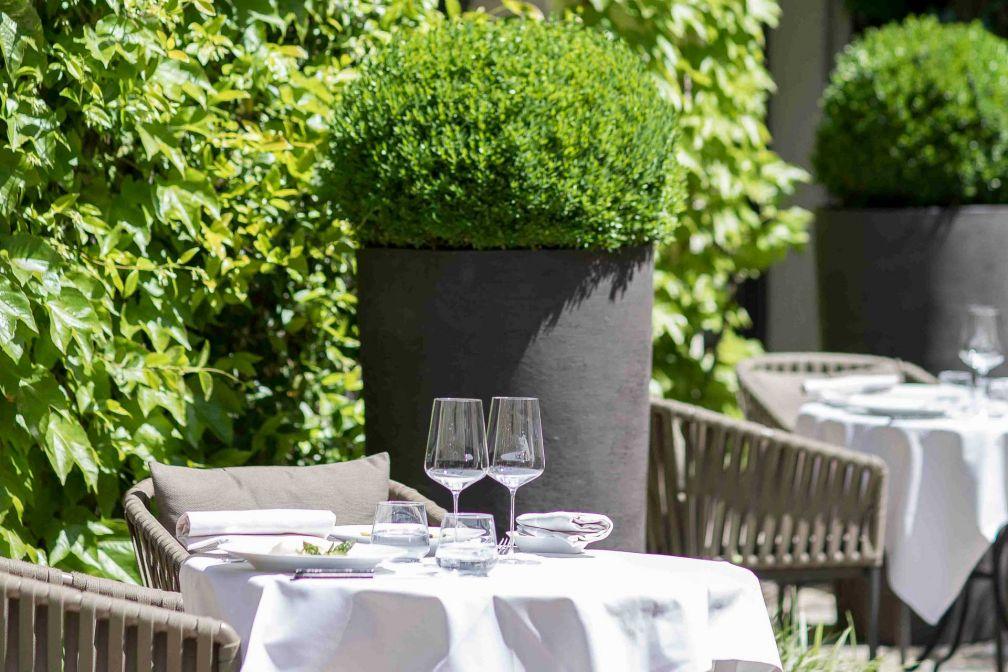 La terrasse, dans la charmante cour du Pavillon de la Reine, est l'un des points forts du restaurant © DR