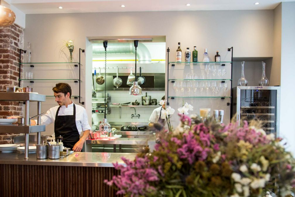 Salle à manger lumineuse et cuisine semi-ouverte à Eels © Jeanne Le Louarn