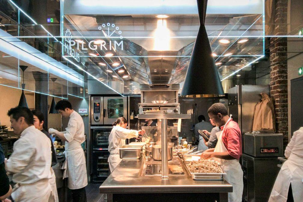 Au centre du restaurant, une cuisine ouverte rutilante où s'active la brigade du chef Terumitsu Saito © Pilgrim