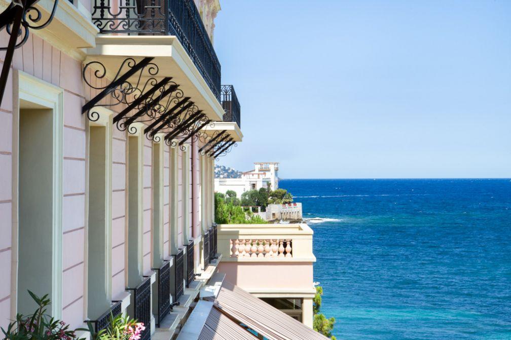 La façade rose du Royal Riviera. En arrière-plan, la célèbre Villa Kérylos © Royal Riviera