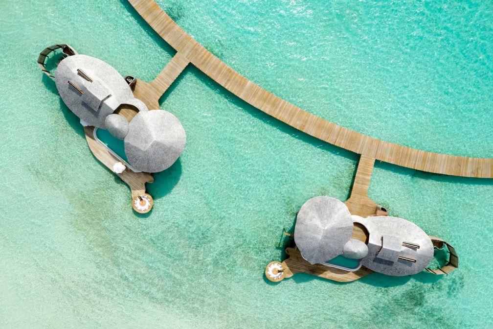 Vue aérienne de deux villas posées sur le lagon © Soneva Jani