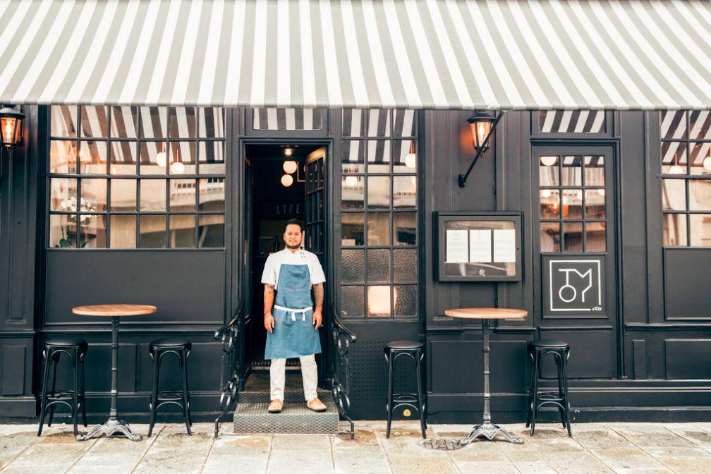 Tomy Gousset devant son restaurant TOMY&co, rue Surcouf dans le 7ème arrondissement de Paris © Guillaume Lechat