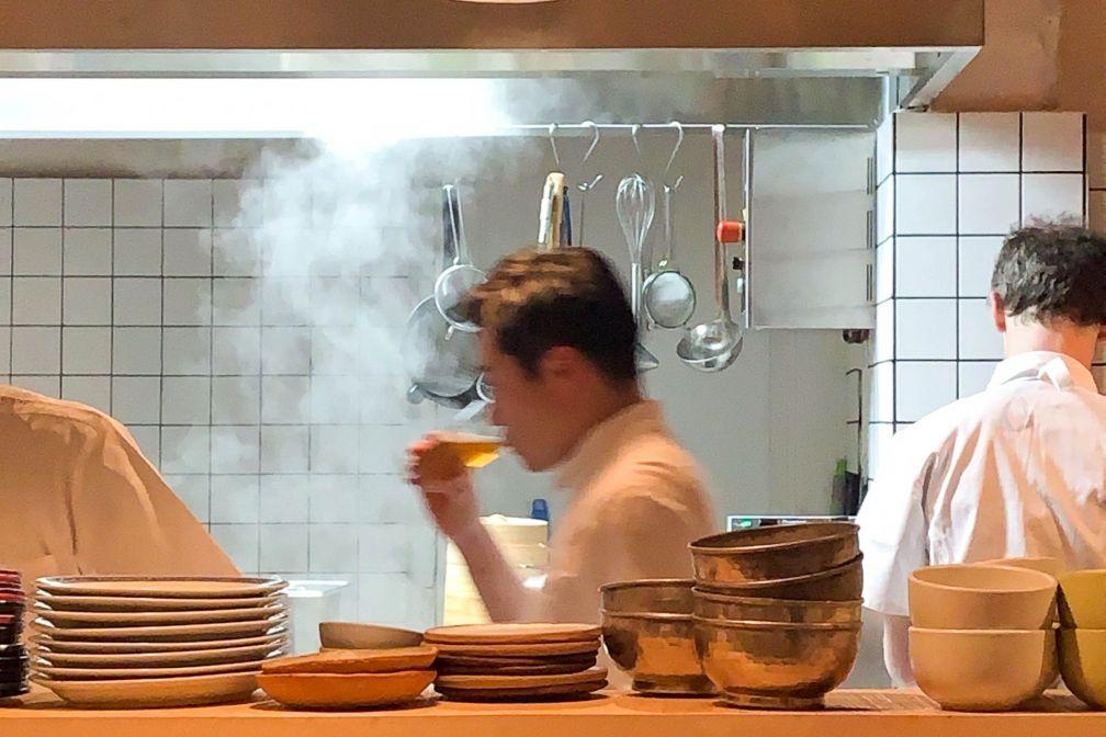 Taku Sekine dans les cuisines de Cheval d'Or © YONDER.fr