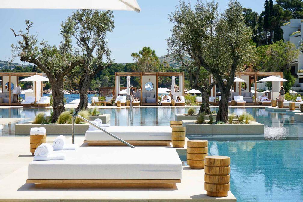 L'immense piscine de l'aile Nafsika, dont toutes les chambres offrent des vues sur la mer © YONDER.fr