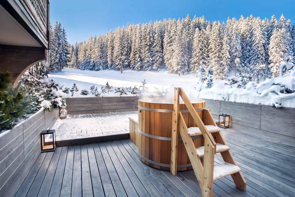 Aman Le Mélézin | Bain nordique en terrasse dans une chambre 'Ski Piste' © Aman