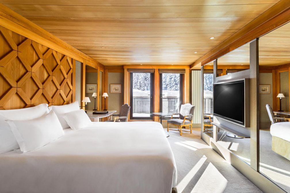 Aman Le Mélézin | Le décor cosy et luxueux d'une chambre 'Ski Piste' © Aman