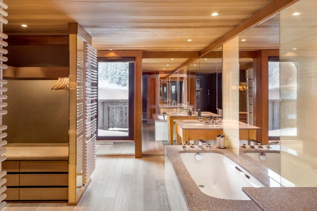 Aman Le Mélézin | Salle de bain avec vue dans une chambre 'Ski Piste' © Aman