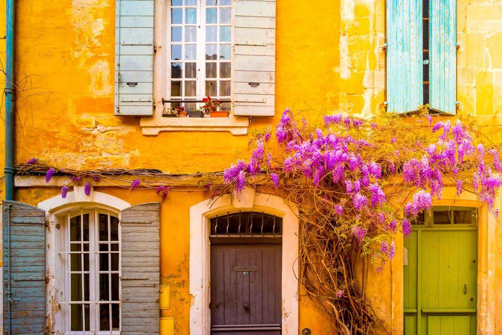 Une façade colorée à Arles, cité aux influences multiples (gallo-romaines, provençales, camarguaises...) et provençale © DR