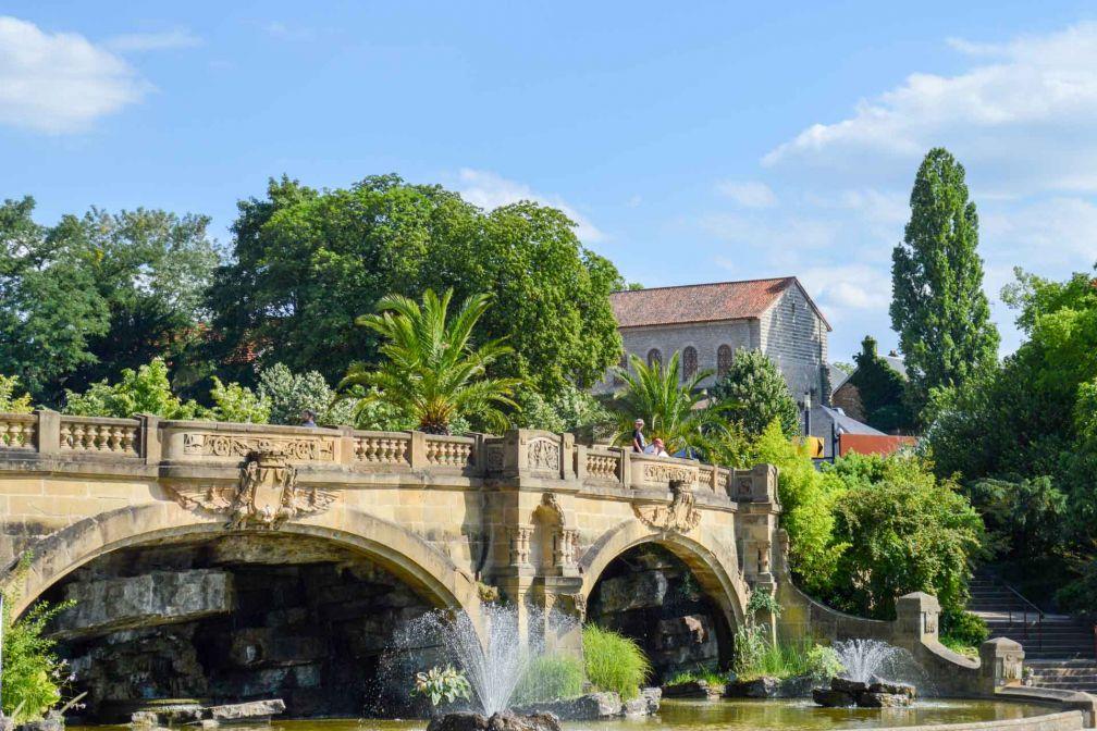 Chaque été, la ville se transforme en un immense jardin agrémenté de fontaines © Pierre Gunther