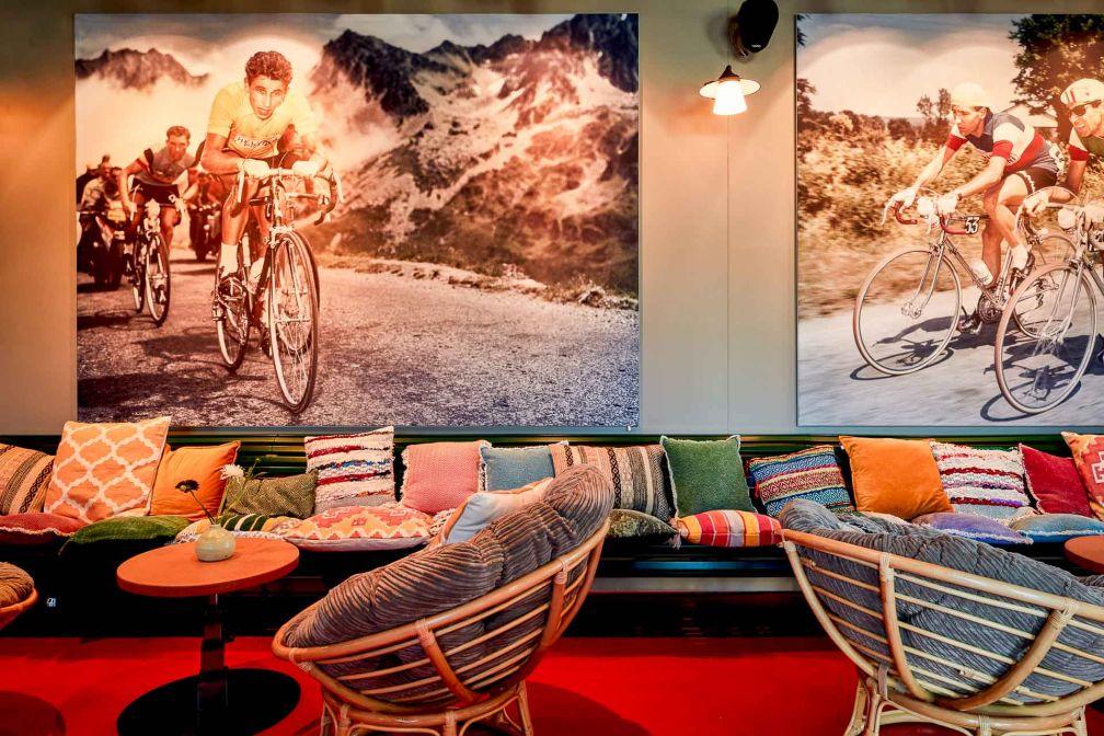 Bienvenue dans le lobby de l'hôtel, où les clins d'oeil à la France (et à son Tour) sont nombreux © Steve Herud
