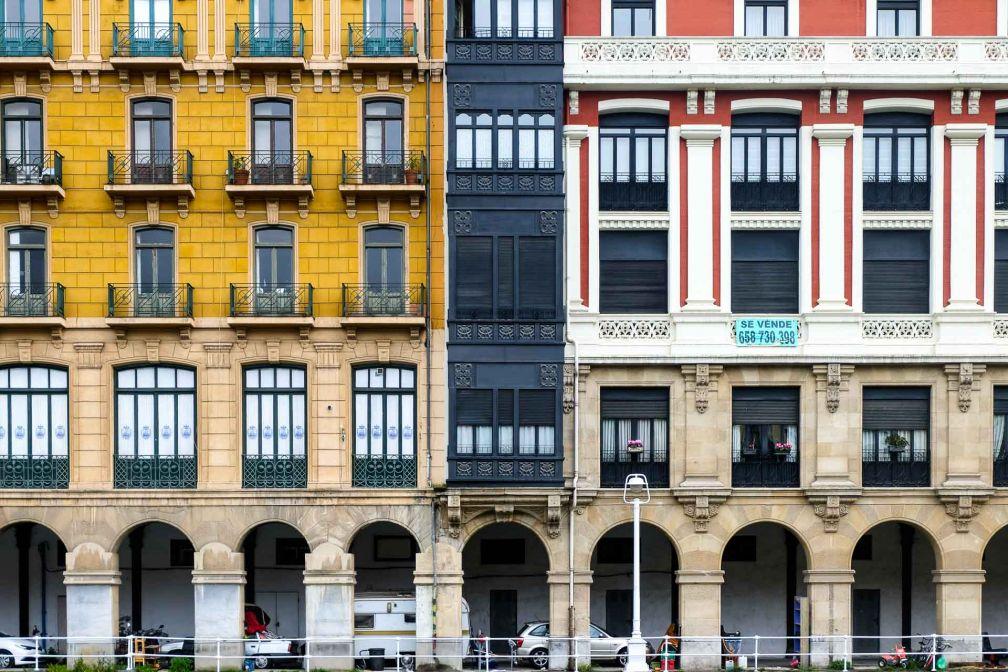 Façades colorées d'immeubles le long de la ria, dans le quartier de La Vieja © Clémence Ludwig
