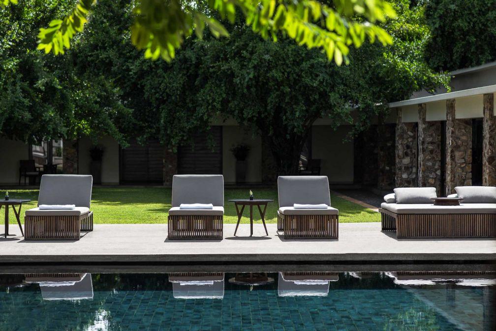 Au bord de la piscine principale d'Amansara, un petit air de Californie version sixties © Aman