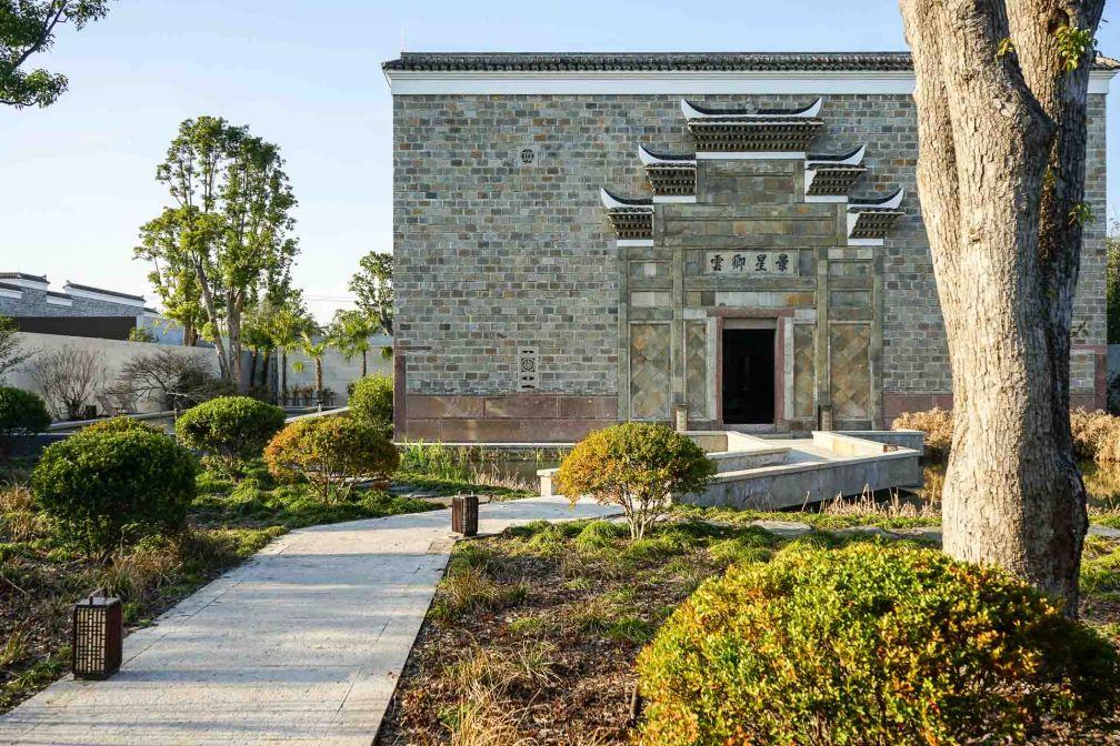 Chemin menant à l'une des villas historiques, reconstruite brique par brique © YONDER.fr