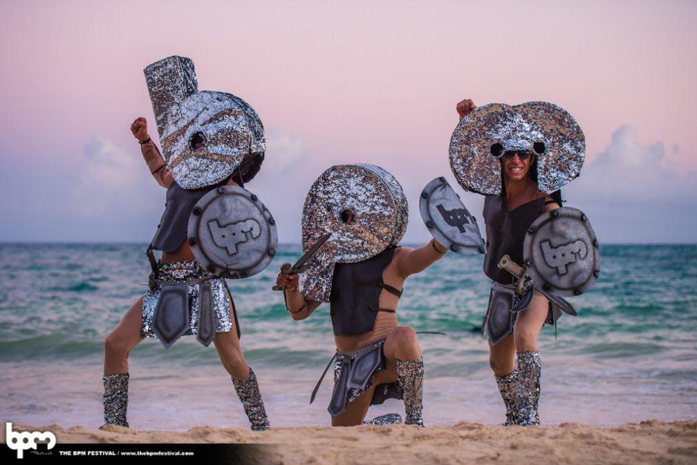 Danseurs aux couleurs de BPM sur la plage de Playa del Carmen © aLIVE Coverage for TheBPMFestival.com