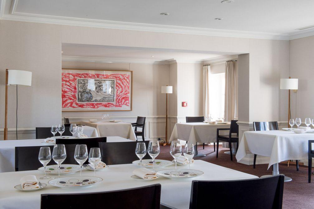 La salle à manger au décor contemporain du restaurant du Château © Anne-Emmanuelle THION