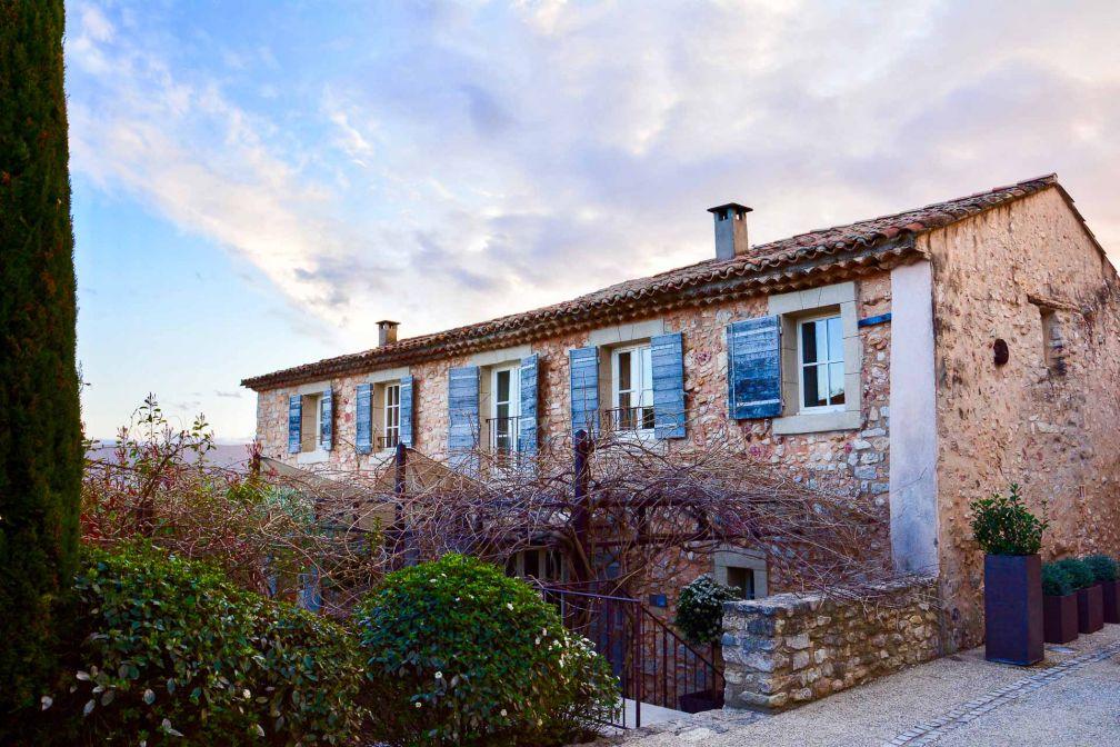 Les maisons provençales du hameau avec pierres et poutres apparentes abritent des suites © Emmanuel Laveran