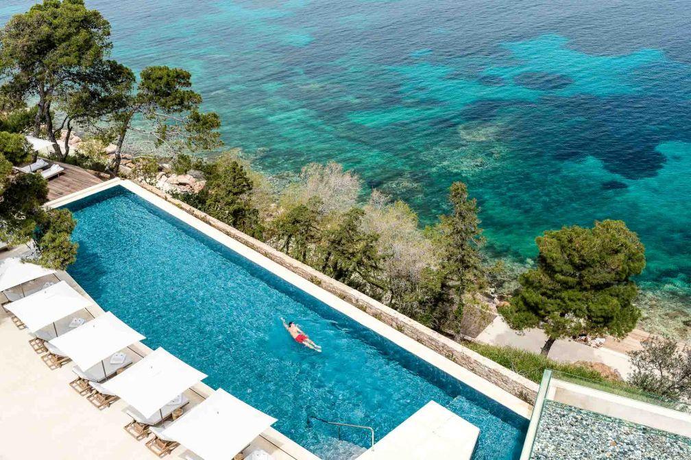 La piscine du bâtiment Arion à l'architecture moderniste et au design rétrochic © DR