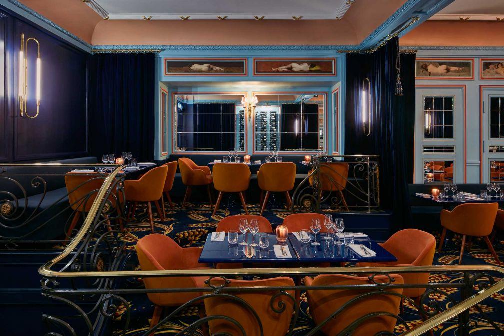 Grands rideaux bleu nuit et miroirs, le décor de Froufrou est forcément... théâtral © Francis Amiant