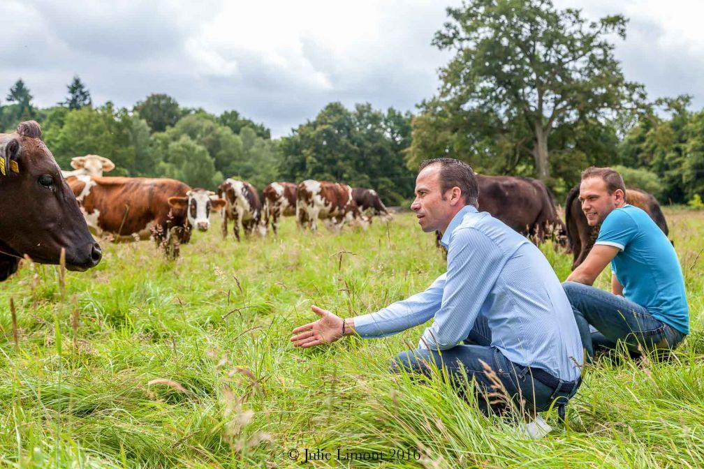 Christophe Hay en visite de l'exploitation agricole voisine, où il s'approvisionne en lait en vue de produire son propre beurre © Julie Limont