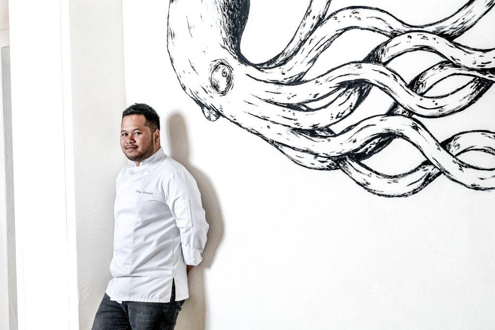 Tomy Gousset devant l'un des poulpes imaginés par Kraken © Caspar Miskin