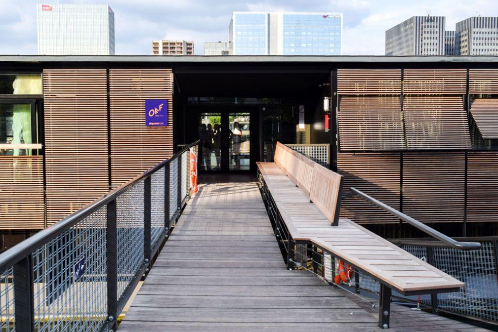 Bienvenue au OFF Paris Seine. Pour accéder à l'hôtel, les clients sont priés d'emprunter une passerelle © Yonder.fr