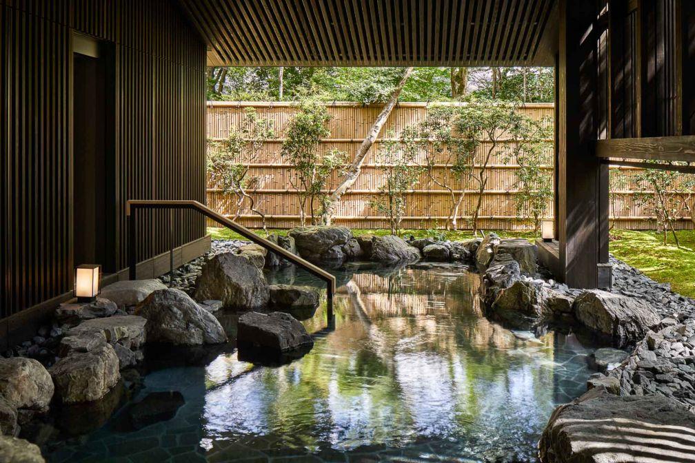 Aman Kyoto dispose de son propre onsen extérieur, alimenté par l'eau de source naturelle qui coule sous l'hôtel © Aman
