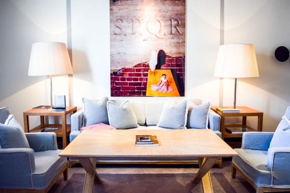 À l'intérieur du salon ultra chic de la Via Condotti Suite, l'une des deux suites signatures de Portrait Roma © Yonder.fr