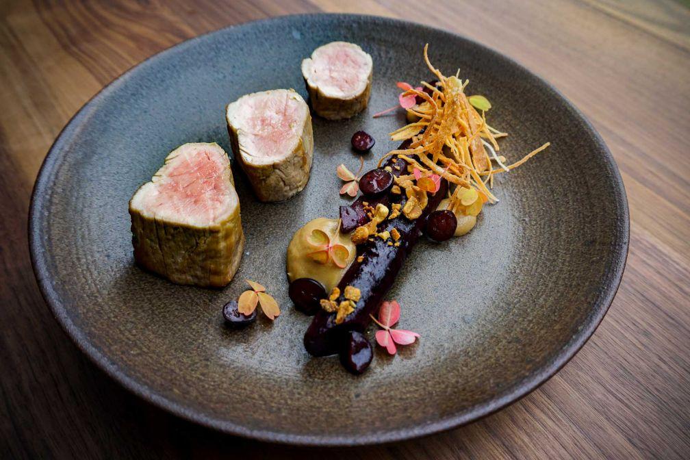 Filet mignon de cochon, salsifis, myrtilles au vinaigre et cacahuètes © DR