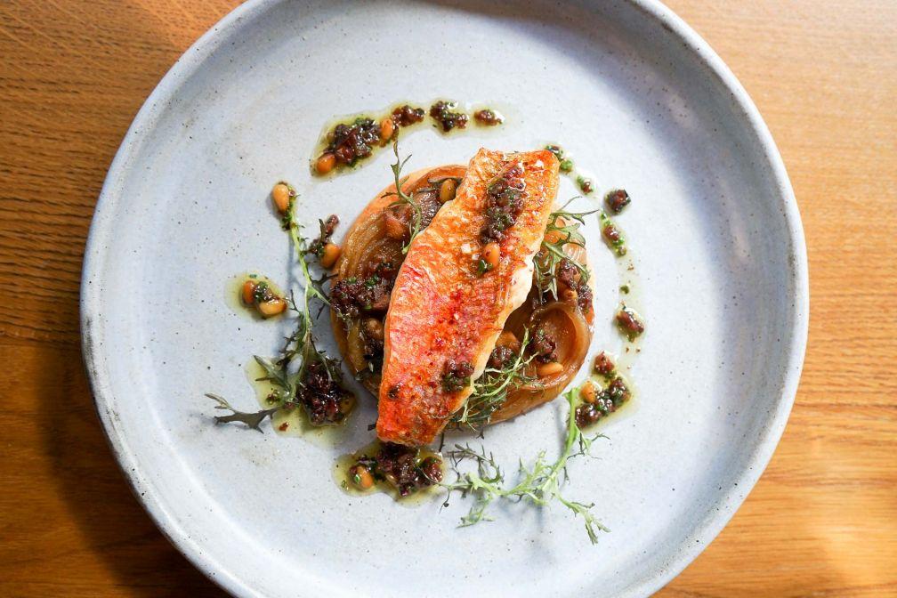 Le Rouget ; Tarte fine aux oignons de Roscoff, vinaigrette aux pignons de pin/olives © YONDER.fr