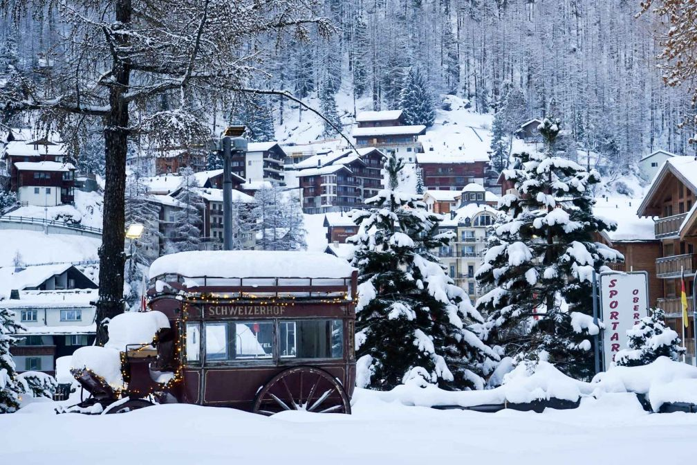 Vue sur la calèche traditionnelle de l'hôtel (sous la neige !) © YONDER.fr