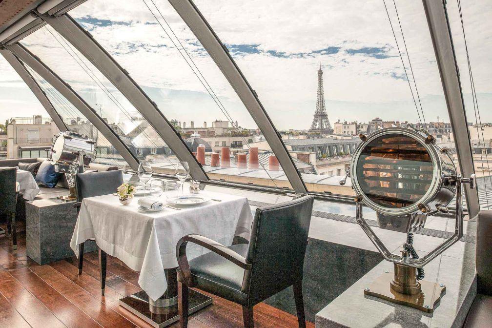 Vue sur la Tour Eiffel depuis une partie des tables © The Peninsula Paris