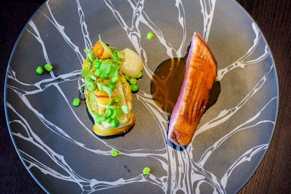 Canette laquée au jus de caroube , légumes vanille © YONDER.fr