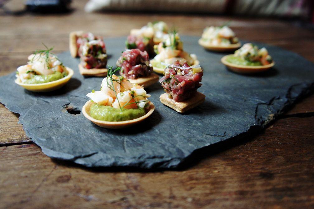 Tarte-crevette-avocat au fruit de la passion et Tarte-tartare de bœuf-olive verte © Botanique Restaurant
