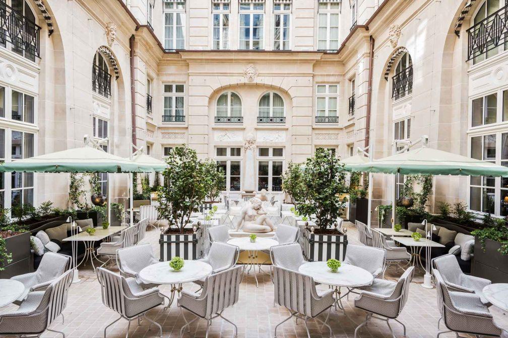 Aux beaux jours, le restaurant occupe une partie de la Cour d'Honneur de l'hôtel © Hôtel de Crillon, A Rosewood Hotel