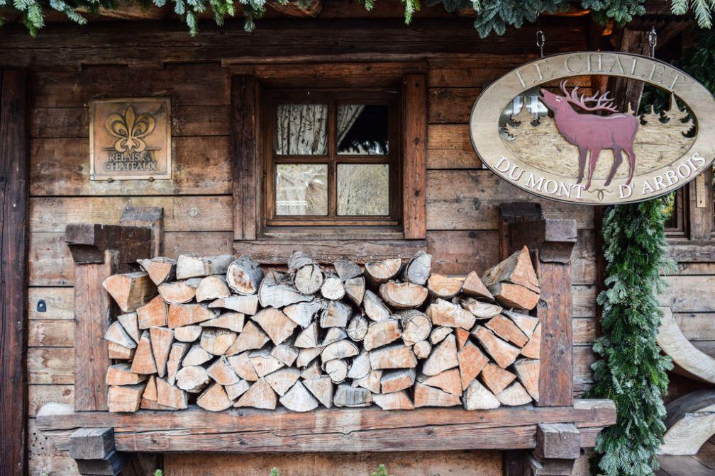 Bûches et bois : décor authentique à l'entrée du Chalet © Yonder.fr
