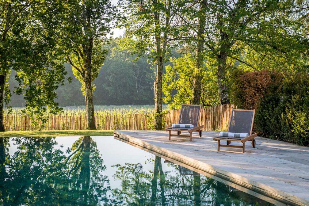 Cette maison d'hôtes luxueuse dispose d'une piscine surplombant les vignes © Château Le Pape
