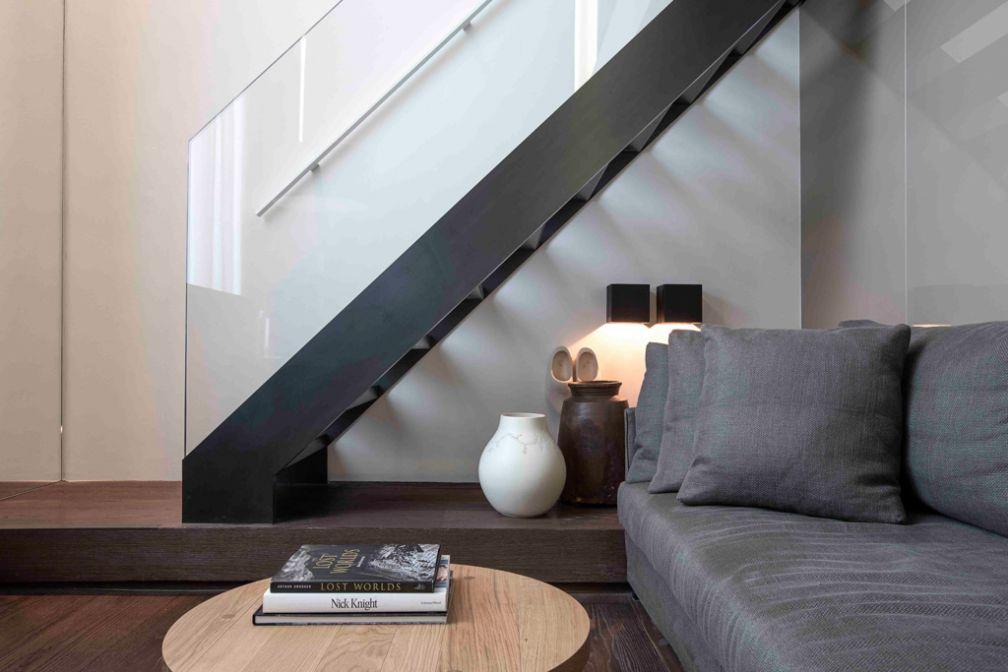 Design sobre et élégant dans une chambre Duplex Deluxe @ Conservatorium Hotel