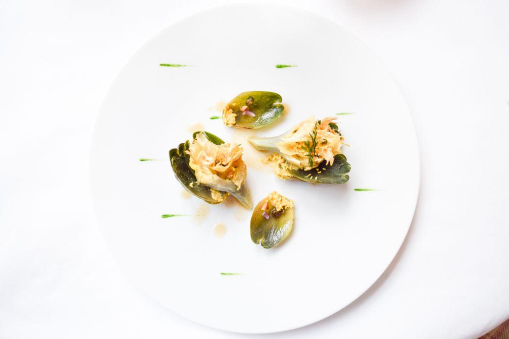 Artichauts de Provence rôti aux filets d'anchois écrasés, chips d'ail rose, feuilles à l'huile de noix et noisettes torréfiées © Yonder.fr