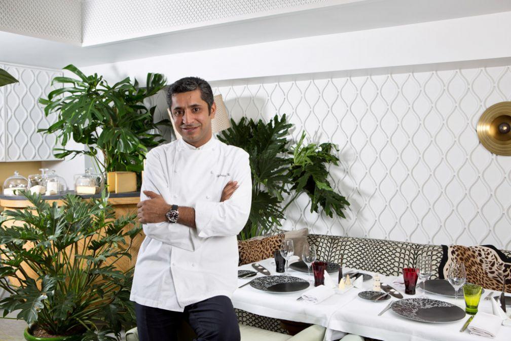 Sylvestre Wahid dans la salle de son restaurant gastronomique au sein du Thoumieux dans le 7ème arrondissement de Paris.