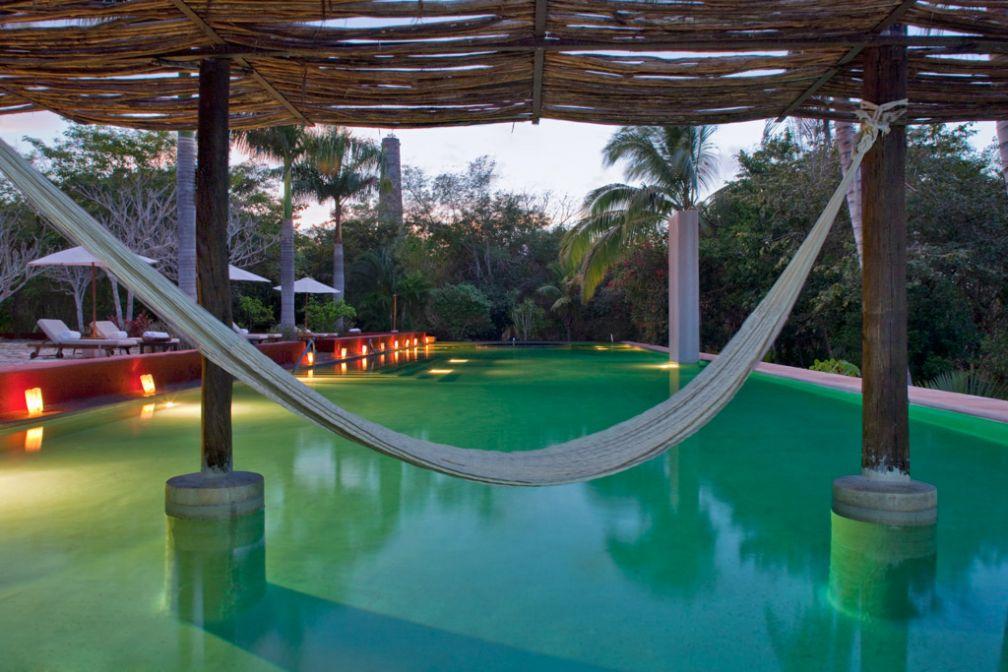 Farniente au bord de la piscine © Starwood Luxury Collection