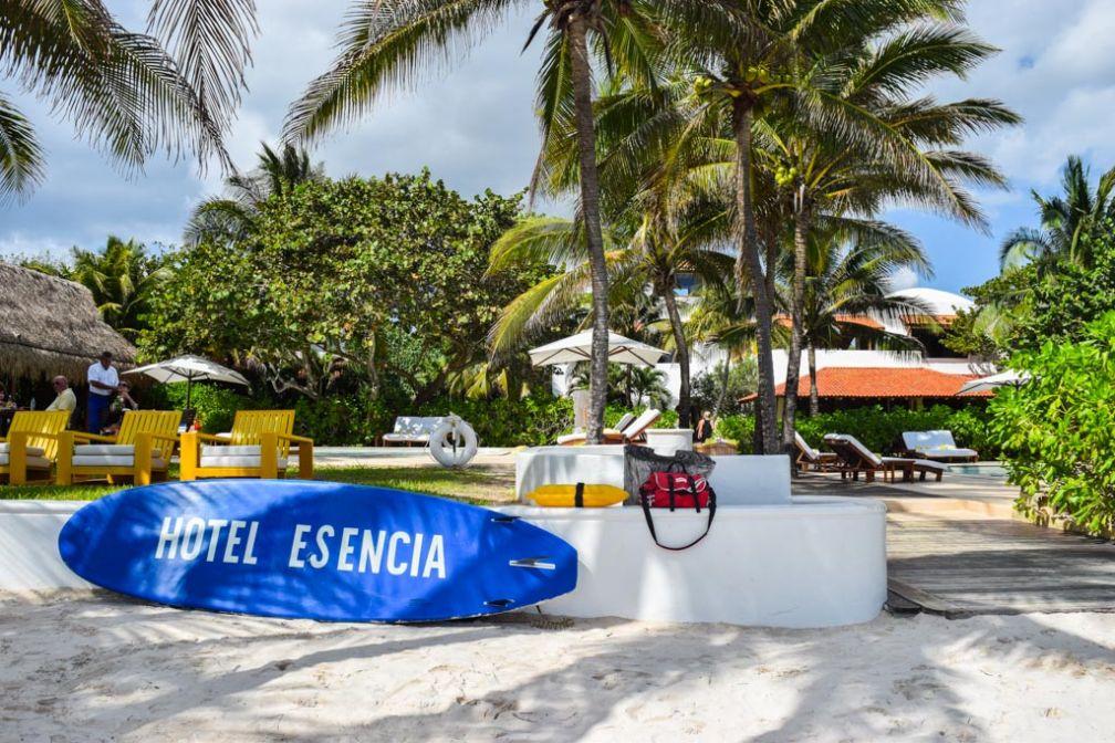 Sur la plage, une planche de surf indique le nom de l'hôtel. Le luxe se la joue cool chez Esencia. © Yonder.fr