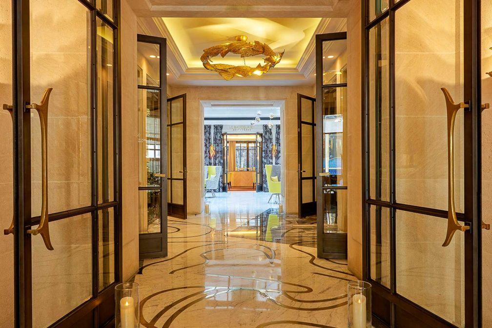 De l'entrée rue Duphot jusqu'au restaurant le Baudelaire, le lobby est luxueux avec son sol en marbre et ses murs de pierre © Le Burgundy