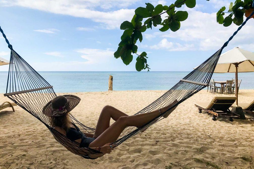 Moment de détente dans les hamacs à disposition sur la plage privée de l'hôtel © Camille Weyl