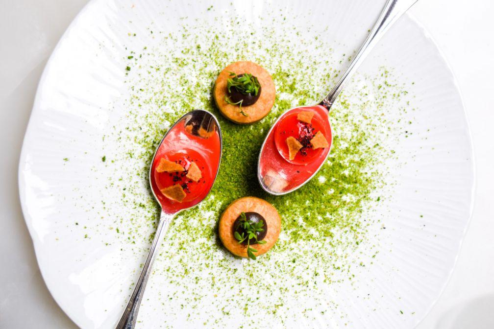 Sphérifications de radis en guise de hors d'oeuvre © Yonder.fr