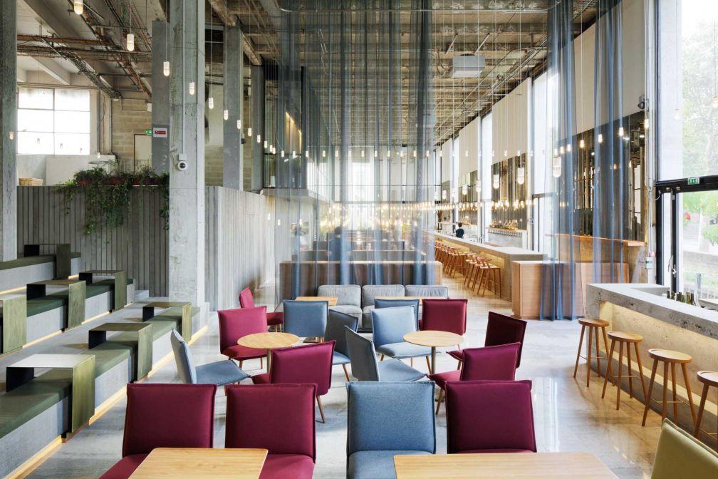 Le lieu dispose d'une salle à manger parmi les plus spectaculaires de la capitale / Architecture © Lina Ghotmeh / photo © Takuji Shimmura