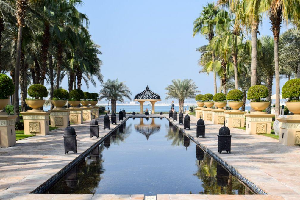 Fontaines et bassins peuplent les immenses jardins faisant face à la mer © YONDER.fr